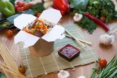 Κινεζικά νουντλς στο κιβώτιο wok Στοκ φωτογραφία με δικαίωμα ελεύθερης χρήσης