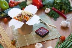 Κινεζικά νουντλς στο κιβώτιο wok Στοκ Εικόνες