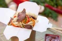 Κινεζικά νουντλς στο κιβώτιο wok Στοκ Φωτογραφίες