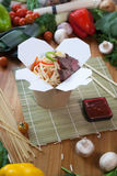 Κινεζικά νουντλς στο κιβώτιο wok Στοκ φωτογραφίες με δικαίωμα ελεύθερης χρήσης