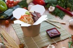 Κινεζικά νουντλς στο κιβώτιο wok Στοκ Εικόνα