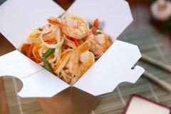 Κινεζικά νουντλς στο κιβώτιο wok Στοκ εικόνες με δικαίωμα ελεύθερης χρήσης
