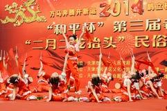 Κινεζικά παιδιά που εκτελούν το χορό τυμπάνων Στοκ φωτογραφία με δικαίωμα ελεύθερης χρήσης