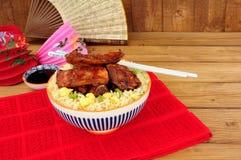 Κινεζικά πλευρά χοιρινού κρέατος ύφους με τηγανισμένο το αυγό ρύζι στοκ εικόνα
