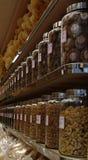 Κινεζικά προϊόντα στην επίδειξη σε ένα κατάστημα στο Χογκ Κογκ Στοκ Εικόνες