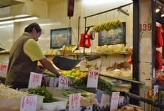 Κινεζικά πωλώντας φρούτα και λαχανικά προμηθευτών στη σκηνή αγοράς οδών του Μανχάταν πόλεων της Νέας Υόρκης στοκ εικόνα με δικαίωμα ελεύθερης χρήσης