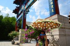 Κινεζικά πύλη ναών και κορίτσι λουλουδιών Στοκ εικόνες με δικαίωμα ελεύθερης χρήσης