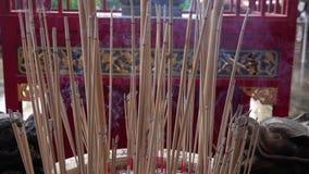 Κινεζικά ραβδιά θυμιάματος που καίνε στο ναό φιλμ μικρού μήκους