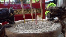 Κινεζικά ραβδιά θυμιάματος που καίνε στο ναό απόθεμα βίντεο