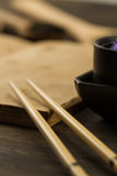 Κινεζικά ραβδιά στο παλαιό κενό ανοικτό βιβλίο στο ξύλινο υπόβαθρο Στοκ Φωτογραφία