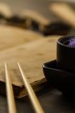 Κινεζικά ραβδιά στο παλαιό κενό ανοικτό βιβλίο στο ξύλινο υπόβαθρο Στοκ Εικόνα