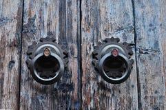 Κινεζικά ρόπτρα στη ραγισμένη ξύλινη πόρτα Στοκ Εικόνες