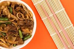 Κινεζικά τηγανισμένα ύφος νουντλς βόειου κρέατος και μανιταριών Στοκ φωτογραφία με δικαίωμα ελεύθερης χρήσης