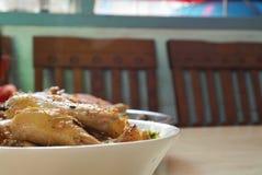 Κινεζικά τρόφιμα, βρασμένο κρέας κοτόπουλου στο άσπρο κύπελλο, Στοκ Φωτογραφία