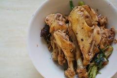 Κινεζικά τρόφιμα, βρασμένο κρέας κοτόπουλου στο άσπρο κύπελλο Στοκ Φωτογραφίες