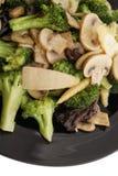 κινεζικά τρόφιμα Μπρόκολο με τα κινεζικά μανιτάρια Στοκ Εικόνες