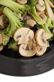 κινεζικά τρόφιμα Μπρόκολο με τα κινεζικά μανιτάρια Στοκ Εικόνα