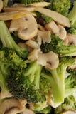 κινεζικά τρόφιμα Μπρόκολο με τα κινεζικά μανιτάρια Στοκ φωτογραφίες με δικαίωμα ελεύθερης χρήσης