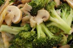 κινεζικά τρόφιμα Μπρόκολο με τα κινεζικά μανιτάρια Στοκ εικόνα με δικαίωμα ελεύθερης χρήσης