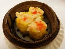 Κινεζικά τρόφιμα στην πόλη της Κίνας, τις βρασμένες στον ατμό γαρίδες και τις μπουλέττες χοιρινού κρέατος στο καλάθι μπαμπού, δίσ Στοκ εικόνα με δικαίωμα ελεύθερης χρήσης