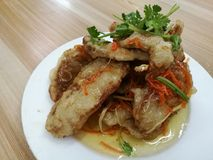 Κινεζικά τρόφιμα στην πόλη της Κίνας, τσιγαρισμένο χοιρινό κρέας στη γλυκόπικρη σάλτσα στο άσπρο πιάτο στο τοπικό εστιατόριο παρα Στοκ Φωτογραφία