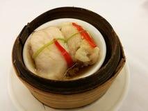 Κινεζικά τρόφιμα στην πόλη της Κίνας, ψάρια ατμού στη σάλτσα σόγιας στο καλάθι μπαμπού, δίσκος μπαμπού dimsum στο τοπικό restaura Στοκ εικόνες με δικαίωμα ελεύθερης χρήσης