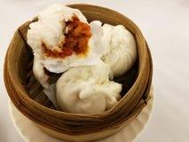 Κινεζικά τρόφιμα στην πόλη της Κίνας, BBQ κουλούρι ατμού ουσίας χοιρινού κρέατος στο καλάθι μπαμπού, δίσκος μπαμπού στο τοπικό εσ Στοκ Φωτογραφίες