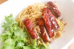 Κινεζικά τρόφιμα: Ψημένα νουντλς παπιών στοκ εικόνες