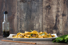 κινεζικά τρόφιμα chow βόειου κρέατος mein αγροτικός ξύλινος ανασκό Στοκ Εικόνες