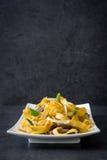 κινεζικά τρόφιμα Chow βόειου κρέατος mein στη μαύρη πέτρα Στοκ φωτογραφία με δικαίωμα ελεύθερης χρήσης