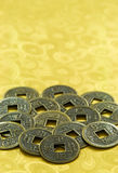 Κινεζικά τυχερά νομίσματα στο χρυσό υπόβαθρο, κινεζικό νέο έτος Στοκ Φωτογραφίες