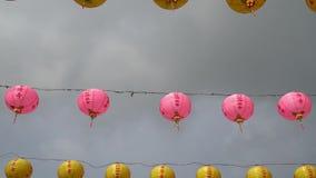 Κινεζικά φανάρια ενάντια στο θλιβερό ουρανό απόθεμα βίντεο