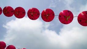 Κινεζικά φανάρια ενάντια στο μπλε ουρανό απόθεμα βίντεο