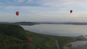Κινεζικά φανάρια που πετούν στον αέρα πέρα από τον ωκεανό και τα βουνά απόθεμα βίντεο