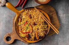 Κινεζικά noodles με το κοτόπουλο Στοκ Εικόνες