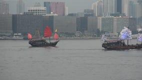 Κινεζικές βάρκες παλιοπραγμάτων στο λιμάνι Βικτώριας στο Χονγκ Κονγκ, Κίνα απόθεμα βίντεο
