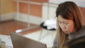 Κινεζικές εργασίες γυναικών για το προσωπικό Η/Υ στην αρχή απόθεμα βίντεο