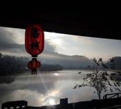 Κινεζικές κόκκινο φως ύφους και άποψη λιμνών το πρωί στο ταϊλανδικό χωριό Rak απαγόρευσης, Ταϊλάνδη Στοκ Φωτογραφία