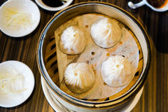 4 κινεζικές μπουλέττες γαρίδων και χοιρινού κρέατος ξέρουν ως Xaio μακρύ Bao στον καυτό δίσκο μπαμπού Στοκ εικόνες με δικαίωμα ελεύθερης χρήσης