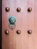 Κινεζική αρχαία κόκκινη πύλη πορτών στοκ εικόνα με δικαίωμα ελεύθερης χρήσης