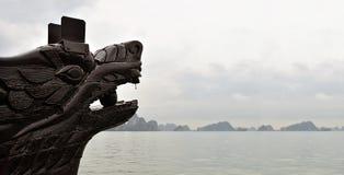 Κινεζική βάρκα τουριστών δράκων επικεφαλής ξύλινη χαράζοντας στον κόλπο Halong στο βόρειο Βιετνάμ στοκ φωτογραφίες