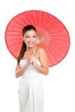Κινεζική γαμήλια γυναίκα με την κόκκινη ομπρέλα εγγράφου Στοκ Εικόνες