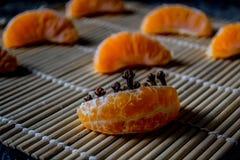 Κινεζική γλώσσα ή tangerine με τα γαρίφαλα στοκ εικόνα