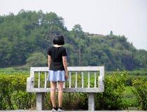 Κινεζική γυναίκα κοντά στον πάγκο πετρών Στοκ φωτογραφίες με δικαίωμα ελεύθερης χρήσης