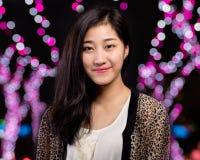 Κινεζική γυναίκα με το υπόβαθρο bokeh Στοκ Φωτογραφίες