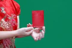 Κινεζική γυναίκα που κρατά το νέο κόκκινο φάκελο έτους ή το bao της Hong στοκ φωτογραφίες με δικαίωμα ελεύθερης χρήσης