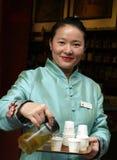 Κινεζική γυναίκα που πωλεί το κινεζικό τσάι στοκ φωτογραφίες