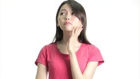 Κινεζική γυναίκα που σκέφτεται και που έχει μια στιγμή του EUREKA απόθεμα βίντεο
