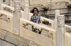 Κινεζική γυναίκα που στέκεται στα σκαλοπάτια πετρών Στοκ Φωτογραφίες