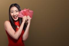 Κινεζική γυναίκα στο angpao εκμετάλλευσης ιματισμού tradional Στοκ εικόνα με δικαίωμα ελεύθερης χρήσης